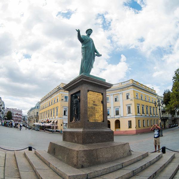 Памятник герцогу де Ришелье - первый памятник Одессы, открытый в 1828 году. Памятник Дюку - это один из символов Одессы, возведенный одному из первых градоначальников города. Герцог де Ришелье руководил городом 11 лет и внес огромную лепту в становление и процветание Южной Пальмиры.